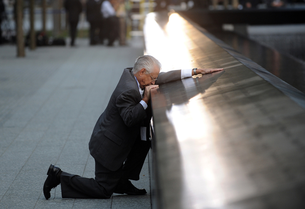 Robert Peraza se detiene frente al memorial de su hijo, durante la ceremonia del décimo aniversario del 9/11 en el World Trade Center.